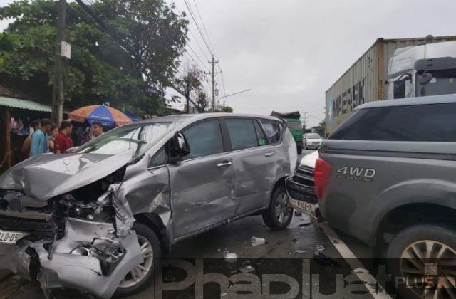 Bình Dương: Xe container tông loạt ô tô, giao thông ùn ứ nghiêm trọng
