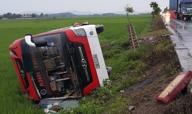 Nghệ An: Xe khách lật xuống ruộng, 1 trẻ nhỏ tử vong, 10 người bị thương