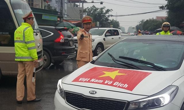 Nam Định: 100% CSGT ra đường, đội mưa phân luồng giao thông cho Lễ khai hội chợ Viềng