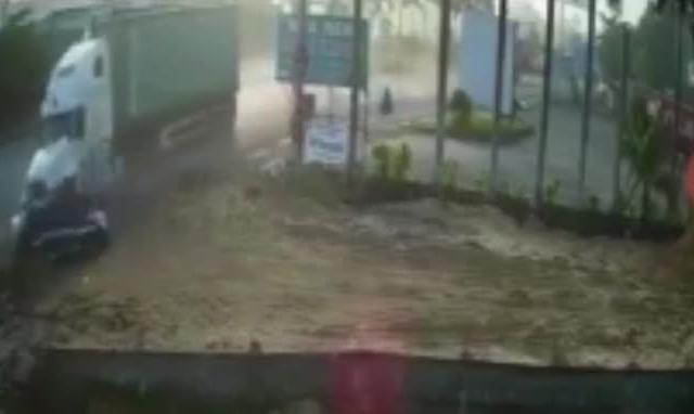 Clip: Kinh hoàng khoảnh khắc xe container tông ô tô 4 chỗ làm 5 người chết