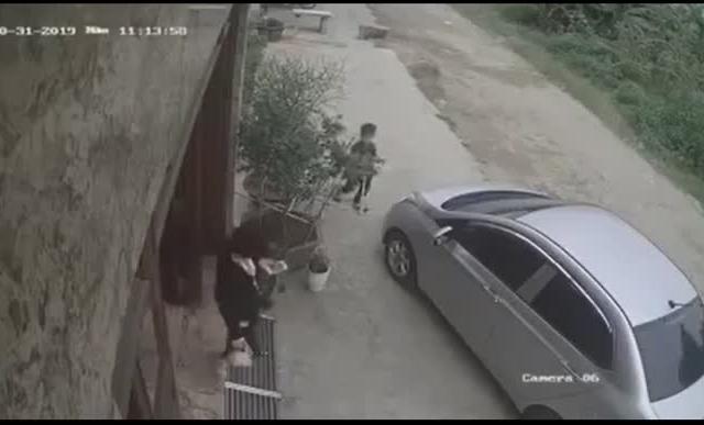 [Clip]: Rùng mình trước khoảnh khắc bé trai bị ô tô cuốn vào gầm