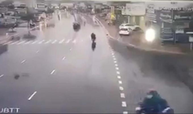 Clip - Xe ô tô lao lên vỉa hè, đâm tử vong cô gái đi bộ