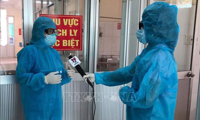 """Phóng viên y tế """"bác sĩ"""" truyền tin"""