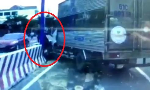 """[Clip]: Ném đá xe tải, người đàn ông điểu khiển xe máy ngay lập tức nhận... """"trái đắng"""""""