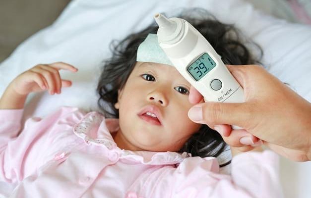 Chăm sóc trẻ bị sốt thế nào cho đúng?