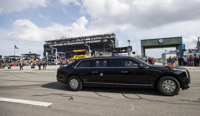 """Tổng thống Trump tự tay lái """"Quái thú"""" trên đường đua danh giá nhất của Mỹ"""