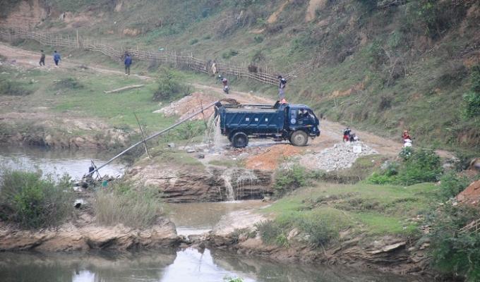 """Quỳ Châu (Nghệ An): Chính quyền """"ngồi yên"""" nhìn cát tặc """"rút ruột"""" sông Hiếu"""