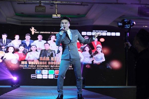 """Ca sĩ Du Thiên """"bất ngờ"""" bị khán giả chửi bới, dùng ghế ném vào người khi đang hát trên sân khấu"""