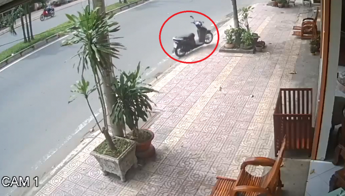 """Chiếc xe máy không người lái """"vi vu"""" trên đường"""