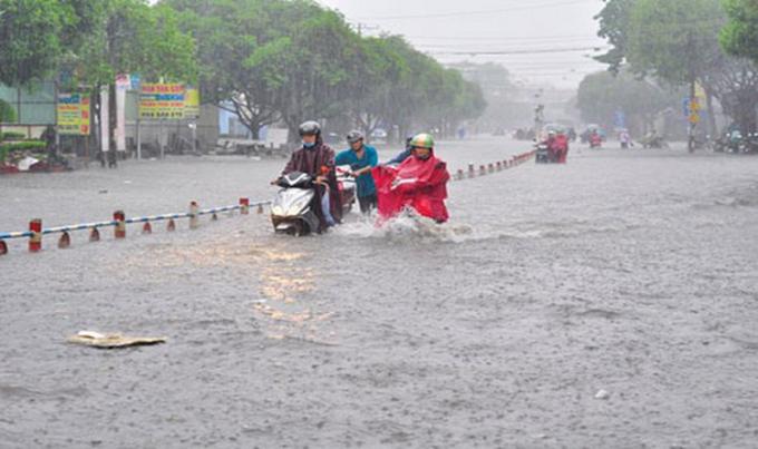 """Kinh nghiệm """"xương máu"""" khi đi xe ga trong ngày mưa to, ngập nuớc"""
