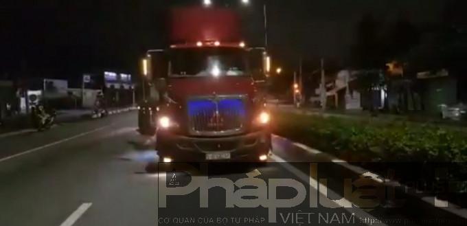Bình Dương: Container va chạm với xe máy, 2 người thương vong